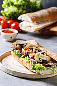 Baguettesandwich mit Rindfleisch, Champignons und Salat