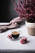 Tasse Espresso mit Macarons