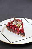 Eisenkraut-Schokoladentarte mit frischen Himbeeren