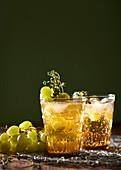 Prickelnder Rum-Trauben-Cocktail mit Thymian
