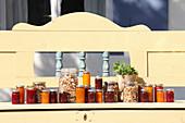 Verschiedene Marmeladengläser und Knuspermüsli