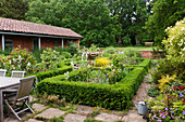 Englischer Landgarten mit niedriger Buchsbaumhecke