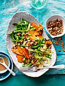 Warmer Gemüsesalat mit Edamame, Rosenkohl und Süßkartoffeln