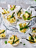 Blumenkohl-Quinoa-Häppchen mit grünem Spargel
