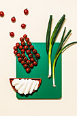 Kirschtomaten, Frühlingszwiebeln und Halloumi