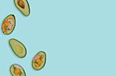 Avocadohälften mit Lachs und Spiegeleei