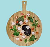 Salatzutaten auf Holzbrett