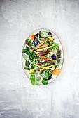 Wildkräutersalat mit bunten Karotten