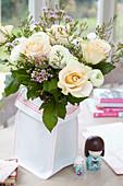 Frühlingsstrauß mit Rosen, Ranunkeln und Waxflower