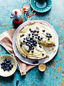 Glutenfreie Meringue-Torte mit Lemon Curd und Blaubeeren