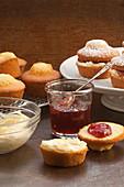 Kleine Victoria Sponge Cakes mit Erdbeermarmelade