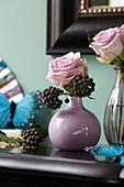 Rosenblüten und Efeufrüchte in der Vase