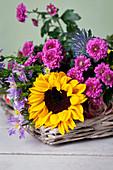 Dekoration mit Sonnenblume, Aster und Chrysanthemen