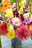 Strauß aus Dahlien und Gladiolen