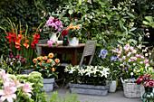 Arrangement mit Gladiolen, Dahlien, Lilien und Kalla