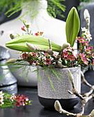 Strauß mit Lilien und Waxflower