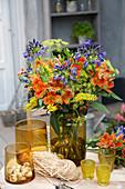 Sommerstrauß mit Inkalilien und Schmucklilien