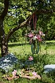 Hängende Vase mit Lilien