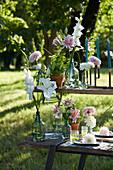 Dekoration mit Dahlien und Lilien