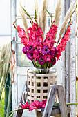 Rot-weißer Strauß aus Gladiolen, Dahlien und Pampasgras
