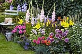 Buntes Beet mit Dahlien, Gladiolen, Lilien, Kalla und Montbretie