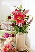 Sträuße mit Lilien, Dahlien und Löwenmäulchen