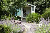 Garten mit Gartenhaus, Katzenminze und Weg