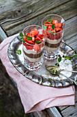 Veganes Dessert im Glas aus zweierlei Sojajoghurt und frischen Erdbeeren