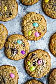 Chocolate Chunk Cookies mit eingebackenen Zuckereiern