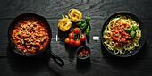 Bandnudeln mit Sauce Bolognese und Zutaten