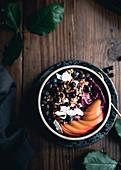 Acai-Bowl mit frischen Aprikosen, Beeren und Kokoschips