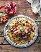 Gebackenes Hähnchen mit Bulgur, Granatapfelkernen und Salat