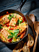 Salmon in chilli sauce with limes and basil
