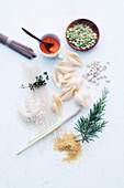 Stilleben mit Getreide, Kräutern und Hülsenfrüchten