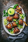 Gebratenes Hähnchen mit Sauce und Kochbananen