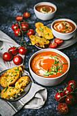 Tomatensuppe mit Käsetoast und frischen Tomaten