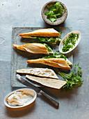 Sandwiches mit Ziegenkäse und Wildkräutern