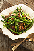 Grüne Bohnen, Erbsen, Pilze und Walnüsse mit Petersiliendressing