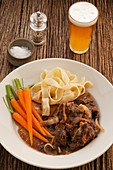 Rindfleisch, in australischem Ale gekocht, mit Möhren und Bandnudeln