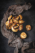 Datteln mit Walnüssen und getrockneten Feigen (muslimischer Halal-Snack für Ramadan)