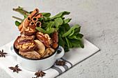 Datteln mit Walnüssen und getrockneten Feigen, Minze und Zimt (muslimischer Halal-Snack für Ramadan)