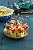 Tortilla-Spiesschen mit Tomate und Schinken