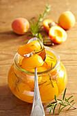 Eingemachte Aprikosen mit frischem Rosmarin im Weckglas