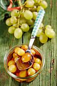 Weisse Weintrauben, in Whiskylikör eingelegt, im Weckglas