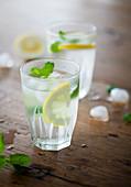 Wasser mit Zitrone und Minze aromatisiert
