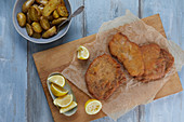 Schnitzel with lemons and fried potatoes