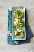 Crumpets with Parmesan sauce, courgette ribbons and lemons