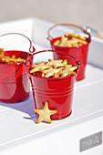 Sternförmiges Knabberzeug in roten Minieimern