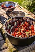 Topf mit Bacon auskleiden, Fleisch mit Zwiebeln und Paprika schichten