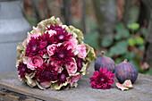 Strauß aus Rosen, Chrysanthemen und Hortensienblüten